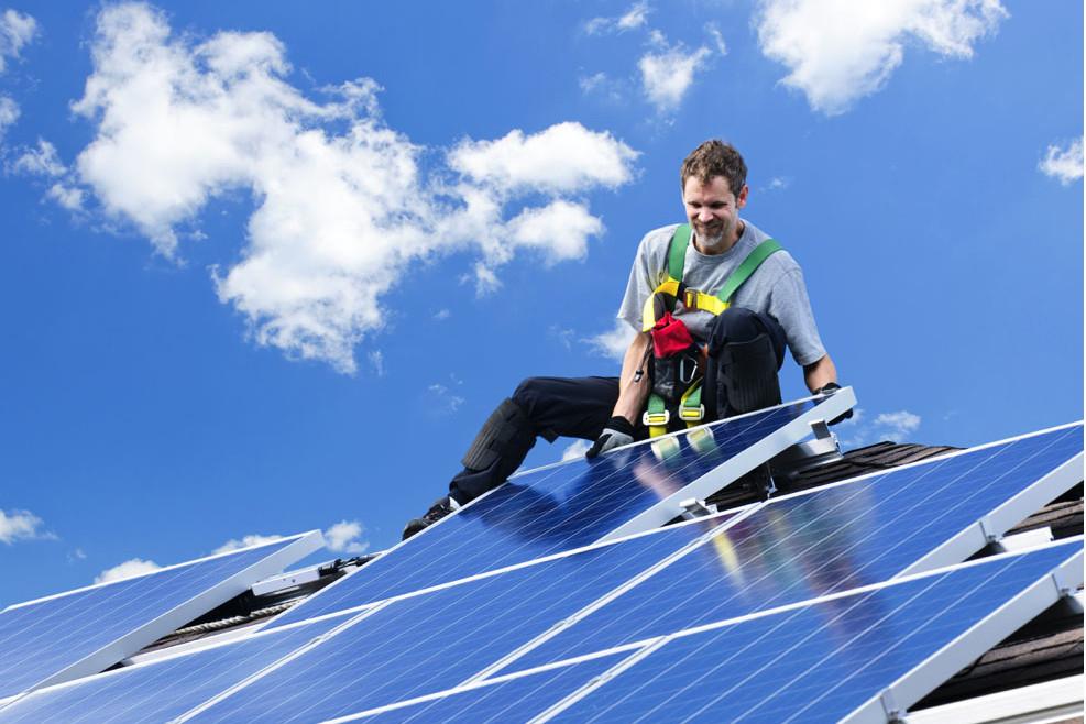 montör som installerar solceller på tak.